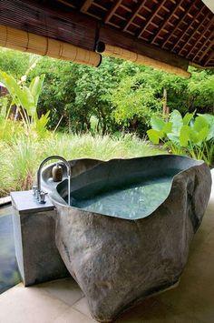 かなり独創的なデザインのお風呂に合わせるのは、日本の夏には欠かせない簾。良い意味でお風呂の個性派イメージを中和しています。