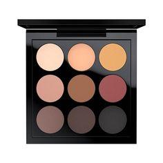 Paleta De Sombra M.A.C Eye Shadow X 9  Paleta com 9 cores de sombras que traz tons metálicos e mattes, com inúmeras combinações de cores.Sombras macias, pigmentadas e super fáceis de esfumar.Para uma pigmentação ainda mais intensa das sombras metalizadas molhe o pincel com o Prep + Prime Fix +.