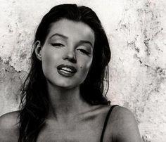 Marilyn Monroe- avec sa couleur brune naturelle. Incroyable.