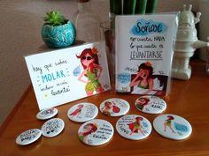 Pack de 7 postales variadas tamaño 15 cm x 10,5 cm + libreta a elegir de Reina Pecas + Espejo de 56mm de Reina Pecas (a elegir)  Libreta Reina Pecas de 10x15cm (a elegir) +  2 chapas.