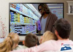 Questo #venerdì #LacteaseMovies presenta un #film cult dei fratelli Coen, una commedia originale e grottesca datata 1998… stiamo parlando de #IlGrandeLebowski! In questa scena vediamo il protagonista, Drugo, mentre in vestaglia si aggira per il supermarket alla ricerca di una confezione di #latte!