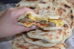 Tunisian chapati bread stuffed, soft bread and easy to make, it is garnished with pepper salad, steak and a fine omelette with herbs, a slaughter ! Tunisian Food, Ramadan Recipes, Best Sandwich, Sandwich Recipes, Omelette, Yum Yum Chicken, Steaks, International Recipes, Love Food