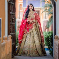 Indian Bridal Photos, Indian Wedding Gowns, Indian Bridal Outfits, Indian Fashion Dresses, Dress Indian Style, Indian Designer Outfits, Couple Wedding Dress, Wedding Dresses, Wedding Lehenga Designs