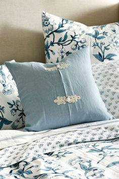 Intricate detailing and ornamental adornment are hallmarks of Chinoiserie. The classic frog knot detail on a pillow adds subtle decoration with style. Group several pillows together on a sofa or bed to achieve the look. Diy Pillows, Sofa Pillows, Decorative Pillows, Cushions, Throw Pillows, White Pillows, Chinoiserie, Floral Bedding, Interior Decorating
