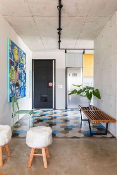Decoração de apartamento, decoração de apartamento pequeno, decoração descolada, banco de madeira, vaso de planta, vaso grande, corredor, obra de arte.