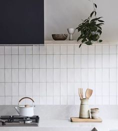 11 types of white kitchen splashback tiles: Add interest with shape over colour - STYLE CURATOR White kitchens don't have to be boring, especially when you add visual texture with interesting tile shapes. Here are 11 white kitchen splashback tiles. Kitchen Backsplash Designs, Kitchen Interior, Kitchen Decor Tiles, Kitchen Tile, Backsplash Remodel, Kitchen Remodel, Kitchen Splashback Tiles, Minimalist Kitchen, White Kitchen Splashback