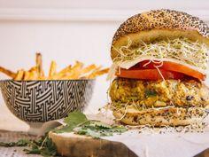 Burger et sa galette de légumes ! Salmon Burgers, Wraps, Chicken, Ethnic Recipes, Food, Main Dishes, Meals, Rap, Cubs