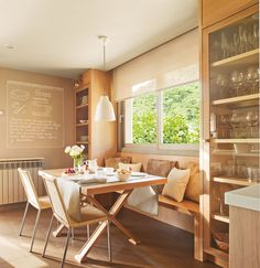 Con un banco bajo la ventana Aprovechas un espacio muy valioso y dejas la zona más luminosa para comer. El banco debe tener un mínimo de 45cm de profundidad. El mueble