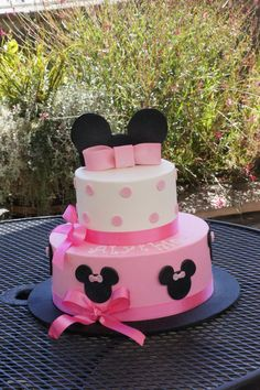Pink and white Minnie Mouse themed birthday cake Minnie Mouse 1st Birthday, Minnie Mouse Theme, Third Birthday, 2nd Birthday Parties, Birthday Ideas, Disney Party Foods, Minnie Mouse Party Decorations, Minnie Mouse Cake, Themed Birthday Cakes