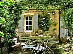 outdoor pergola rustic | Roses and Rust: L' Ambiance