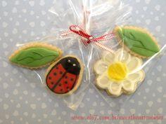 Embalagem com 2 bolachas pequenas decoradas nos formatos de margarida, joaninha e folha. Cada embalagem contem uma folha e uma joaninha ou uma folha e uma margarida. Caixa contendo 10 embalagens custa R$ 30,00 R$3,50