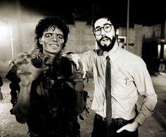 """Il regista John Landis, sul set di """"THRILLER"""" accanto a Michael Jackson; ne dirigerà il video. <3"""
