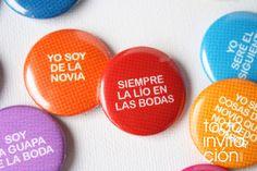 """Chapas para invitados de boda.  (Wedding pins)  Set """"frases de boda""""    www.todoinvitacion.com  www.invitapop.com"""