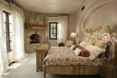 Belle chambre avec cheminée rustique apportant un côté chaleureux à la pièce