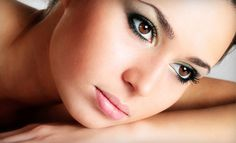 Kimimiz kaş şeklimizi beğenmeyiz, kimimiz dudak… Kimimiz eyeliner severiz ama uygulamayı bir türlü iyi yapamayız. Kimimiz de ayna karşısına geçmekten hoşlanmayız. Zordur yani kadınları günün her saatinde mutlu görmek! Ama kalıcı makyaj bunu başarıyor. Kalıcı makyaj ile kişinin kaş bölgesi başarılı bir biçimde yeniden yapılandırılabiliyor. Kirpiği seyrek, az ya da hiç olmayanlara, gözkapağı kontörü uygulanabiliyor. Dudak kontörü ile ise ince dudağı kalınlaştırıp, kalın dudağı inceltmek…