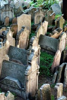 Prague Must-See Sights: Old Jewish Cemetery in the Jewish Quarter of Old Town Prague