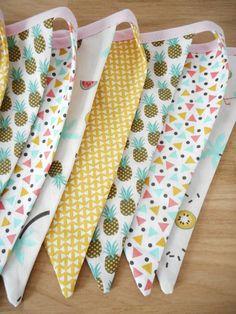 Guirlande de 10 fanions en tissu - Tendance exotique - Tissu imprimé ananas, petit triangle et plage - biais rose