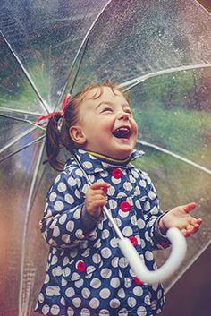 Bien que les enfants soient d'un naturel joyeux, les parents ont un rôle important à jouer pour leur permettre de simplement vivre la joie sans la freiner.
