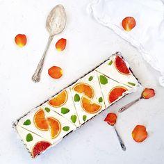 Makeaa maanantaita auringon kera  Lapsilla alkoi tänään talviloma, joka otetaan rennosti kotosalla ja herkutellen ☺ Tämän uuniton veriappelsiinipiirakan resepti löytyy nyt blogissa! Holiday and Sweet pie, my kind of day! #talviloma #loma #itsetehty #helppo #jälkiruoka #piirakka #veriappelsiini #herkku #herkkupäivä #leivonta #leivontapäivä #peggynpienipunainenkeittio #ruokakuva #ruokakuvaus #inmykitchen #baking #homemade #sweet #sweetlife #pie #instabake #foodphotography #foodshare #feedfe... C'est Bon, Food Styling, Food And Drink, Cooking, Tableware, Kitchen, Desserts, Salty Tart, Kitchens