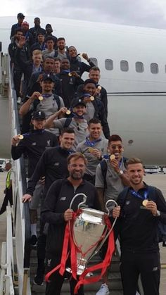 Lfc a lot of gold metal on that flight. Liverpool Anfield, Liverpool Legends, Liverpool Players, Liverpool Football Club, Premier League, Juergen Klopp, This Is Anfield, Best Club, Football Boys