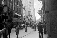 Rua 15 de Novembro e Largo da Sé ao fundo, São Paulo – década de 40. (Hildegard Rosenthal/Instituto Moreira Salles)