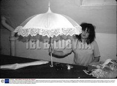 1981--La confection de la robe de mariée dans le secret _ Suite