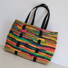 Cela faisait bien longtemps que je n'avais fait de la récup. Cette fois-ci c'est avec ces sacs en plastique jetables qui sont... Diy Sac, Recyle, Diy Crochet, Gym Bag, Reusable Tote Bags, Double Sens, Images, Slow, Workshop