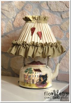 Look at this magnificent photo - what a creative design Country Crafts, Country Decor, Teapot Lamp, Bedside Lamps Shades, Country Paintings, Diy Décoration, Primitive Crafts, Vintage Pottery, Vintage Tea