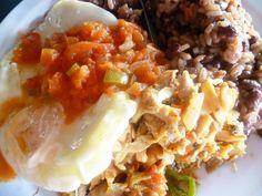 """from San Salvador,El Sansalvador.""""Gallo Pint""""中南米にはガジョピントと呼ばれる「赤飯」がある。この一帯では珍しく米が主食であるコスタリカでの国民食だが、近隣のエルサルバドルの食堂でもガジョピントが提供されていた。 黒豆を煮た煮汁で炊き上げる赤飯のようなものだが、ニンニク、ピーマン、玉ねぎ、香草、時にはタイムなどのハーブ類と一緒に炊き込む。クセもなく当たり障りないものだが、なんとなく親近感がわく。"""