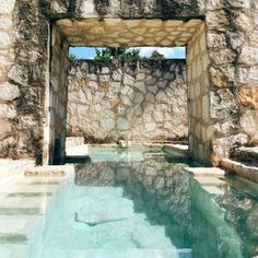 Stone Walls & Crystal Clear Personal Pool in Coqui Coqui Coba // via anitayung Outdoor Pool, Outdoor Spaces, Outdoor Living, Pool Backyard, Indoor Outdoor, Beautiful Pools, Beautiful Places, Design Exterior, Dream Pools
