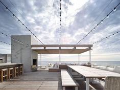 NY Modern house on the ocean, Stelle & co, Bridgehampton. Terrasse sur le toit, Cuisine extérieur, Maison ouverte, Étages empilés, Béton, Bois, Verre, Nature, Océan, Ambiance bord de mer.