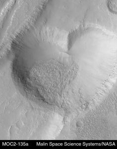 El Corazón Marciano... tampoco prueba que los marcianos fueran románticos empedernidos.  Imagen de la Mars Global Surveyor, el corazón tiene 2,3 km de lado.