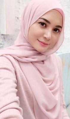 Pin Image by Fashion Kusmia Beautiful Hijab Girl, Beautiful Muslim Women, Beautiful Asian Girls, Arab Girls Hijab, Muslim Girls, Hijabi Girl, Girl Hijab, Muslim Fashion, Hijab Fashion