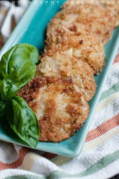 Who in America in their right mind doesn't love fried green tomatoes? Ingredients: – Green tomatoes – Panko breadcrumbs – Salt – Pepper – Smoked paprika R… Side Dish Recipes, Side Dishes, South Usa, Tn Usa, Cooking Vegetables, Tomato Season, Tummy Yummy, Fried Green Tomatoes, Party Finger Foods