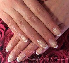 Yuko Nails And Esthetic La Deesse ジェルネイルデザイン♪ (定額制:Platinum)フレンチベースの中に手描きのお花を散りばめた上品なデザイン♪
