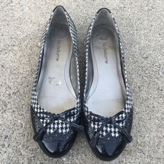 Liz Claiborne tassel houndstooth flats Black and white super cute flats in great condition. Size 6 Liz Claiborne Shoes Flats & Loafers