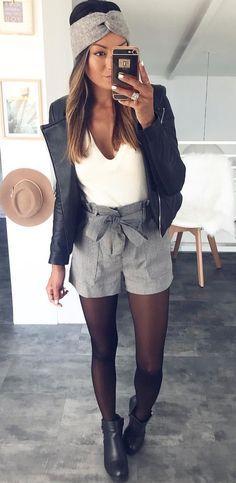 Short taille haute+ noeud, bandeau, top clair.