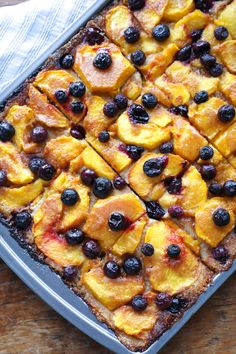 keto peach and blueberry slab pie - Sweet peaches, juicy blueberries, a cinnamon glaze and a shortbread crust. Desserts Keto, Keto Friendly Desserts, Dessert Recipes, Plated Desserts, Peach Slab Pie, Keto Friendly Ice Cream, Dieta Atkins, Low Carb Recipes, Cooking Recipes