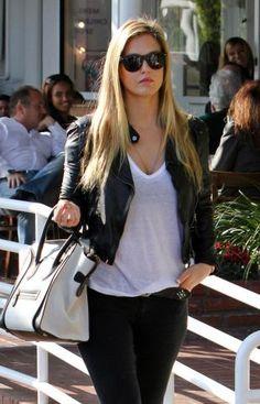 t-shirt blanc, pant noir, et voilà, sur elle c'est beau