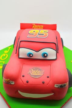 Awesome Cars Party candy bar ideas and their Piston Cup winner treats! Disney Cars Cake, Disney Cars Party, Disney Cars Birthday, Birthday Candy, Cars Birthday Parties, Lightning Mcqueen Cake, Lightening Mcqueen, Lightning Mcqueen Birthday Cake, Queen Cakes