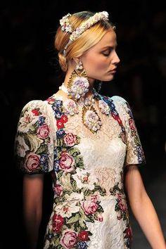 Vestido con encaje blanco y bordado en punto de cruz de Dolce&Gabbana. El look se completa con unos pendientes XXL con grandes flores.AFP. Más efotos del desfile en www.rtve.es/f/90255