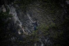 Un giovane a Utøya si rifugia su una scogliera riparata, per sfuggire ai colpi di Breivik.