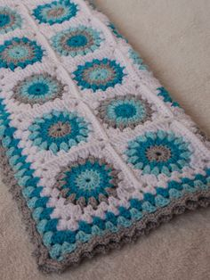 bBeautiful colours in this baby blanket by Renate. She uses Prisiclla Hewitt's Sunburst Granny Square with only four rounds (see a tutorial for this variation by Jenny of Nittybits: http://nittybits.blogspot.nl/2013/01/sunburst-granny-square-blanket-tutorial.html) and the edging is by Color n Cream (see pattern for edging here: http://colorncream.blogspot.com.au/2013/11/something-old.html