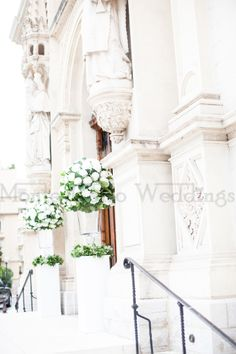 Two standing arrangements at the entrance of the church. White and green will always remain a great classic! Wedding by Monte-Carlo Weddings