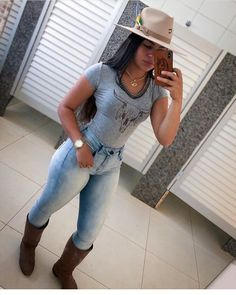 Image may contain: one or more people and people standing Sexy Cowgirl Outfits, Western Outfits Women, Country Outfits, Cute Country Girl, Looks Country, Curvy Women Fashion, Girl Fashion, Vaquera Sexy, Moda Country
