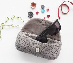 DIY Tutorial Fabric & Sewing Handicraft / Soft glasses case to be sewed Easy Sewing Patterns, Sewing Tutorials, Pattern Sewing, Pochette Diy, Zipper Pouch Tutorial, New Glasses, Creation Couture, Cloth Bags, Diy Tutorial