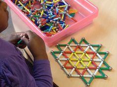Domein: Meetkunde. Onderdeel: opereren met vormen en figuren. Doel: Patronen herkennen en voortzetten in bv dit mozaïek van Magnetix. Finger Gym, Math Classroom, Free Prints, Kids Learning, Magnets, Kindergarten, School, Projects, Math Games
