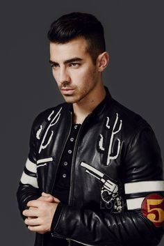 Joe Jonas makes a silver style statement as he rocks a Versace jacket for the October 2016 cover of L'Optimum Thailand. Photographed by David Urbanke for the… 1950s Jacket Mens, Cargo Jacket Mens, Green Cargo Jacket, Bomber Jacket, Joe Jonas, Leather Men, Leather Jacket, Versace Jacket, The Fashionisto
