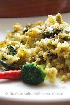 Pasta e broccoli con crumble di frutta secca e pane croccante