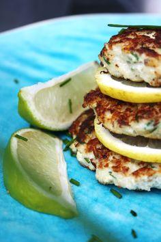 Nystekte fiskekaker er like godt enten det er sommer eller vinter. Godt å ha på brødskiva, middag eller bare spise varme rett fra stekepanna med litt aioli og sitron.  Her står man fritt til å bruke hva man vil av type fisk. Det er en fordel